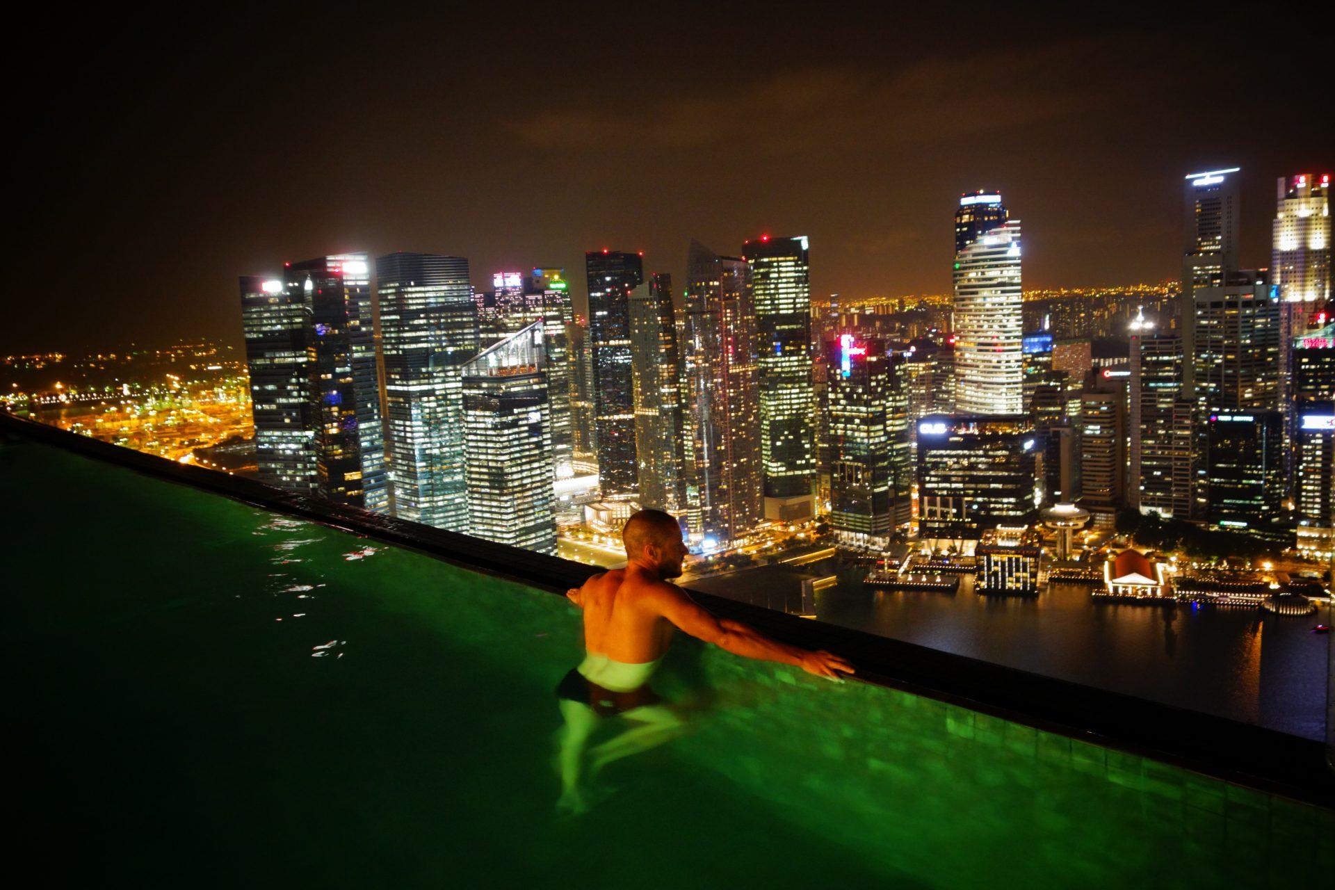 Infinity pool de noche. Que hacer en Singapur