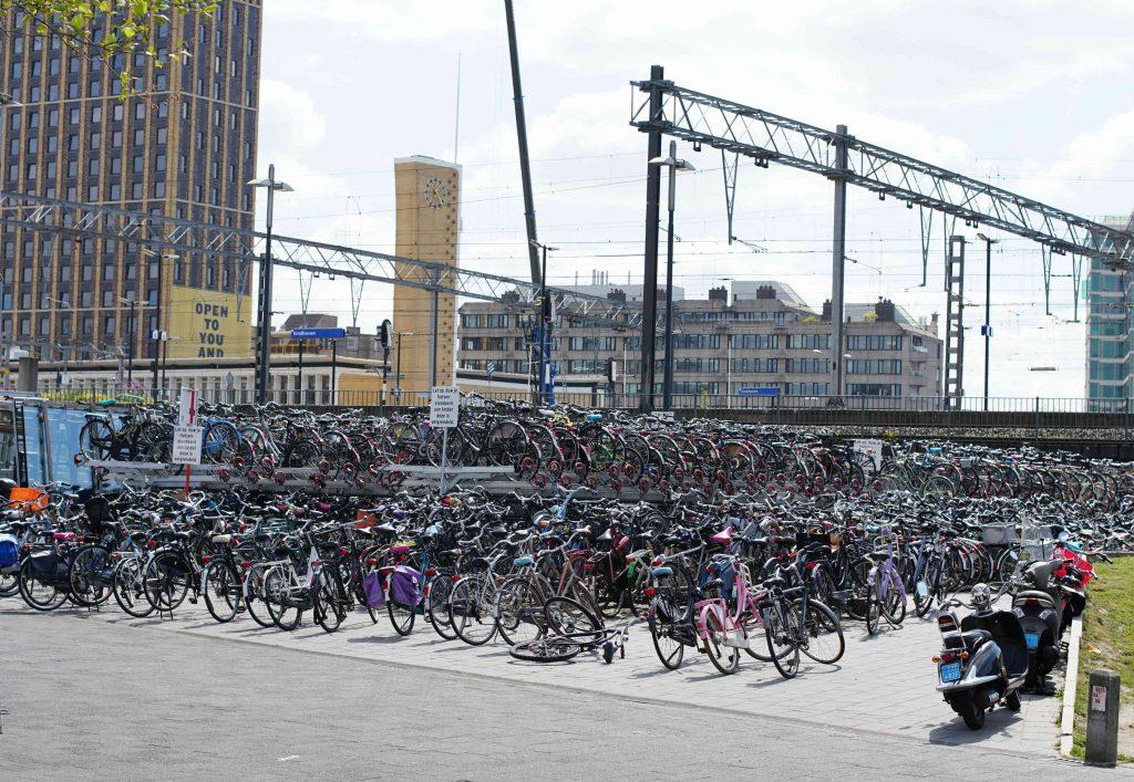 Aparcamiento de bicis en la estación de trenes de Eindhoven. Conocer Amsterdam